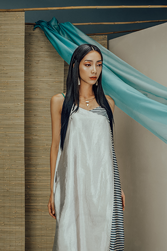 Váy lụa tơ tằm ghi pha sọc đen trắng