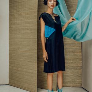 Váy lụa tơ tằm đen phối xanh coban