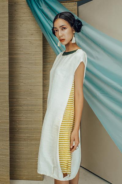 Váy tơ tằm trắng pha đũi sọc vàng